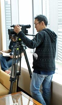"""title=""""カメラテストをするスタッフ""""alt=""""カメラテストをするスタッフ"""""""