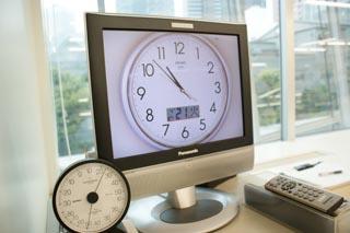 """title=""""モニターに時計を表示し、時間を意識します""""alt=""""モニターに時計を表示し、時間を意識します"""""""