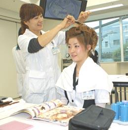 """title=""""雑誌から髪型をイメージ""""alt=""""雑誌から髪型をイメージ"""""""