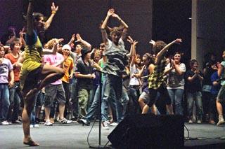 "title=""ステージの中央で自由に踊る出演者たち""alt=""ステージの中央で自由に踊る出演者たち"""