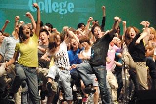 """title=""""学生もメンバーも一緒にステージ""""alt=""""学生もメンバーも一緒にステージ"""""""